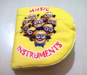 Buku bantal: Minion Learning Music Instruments
